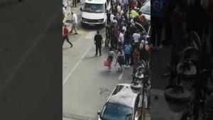 Meydanda kadına araç çarptı